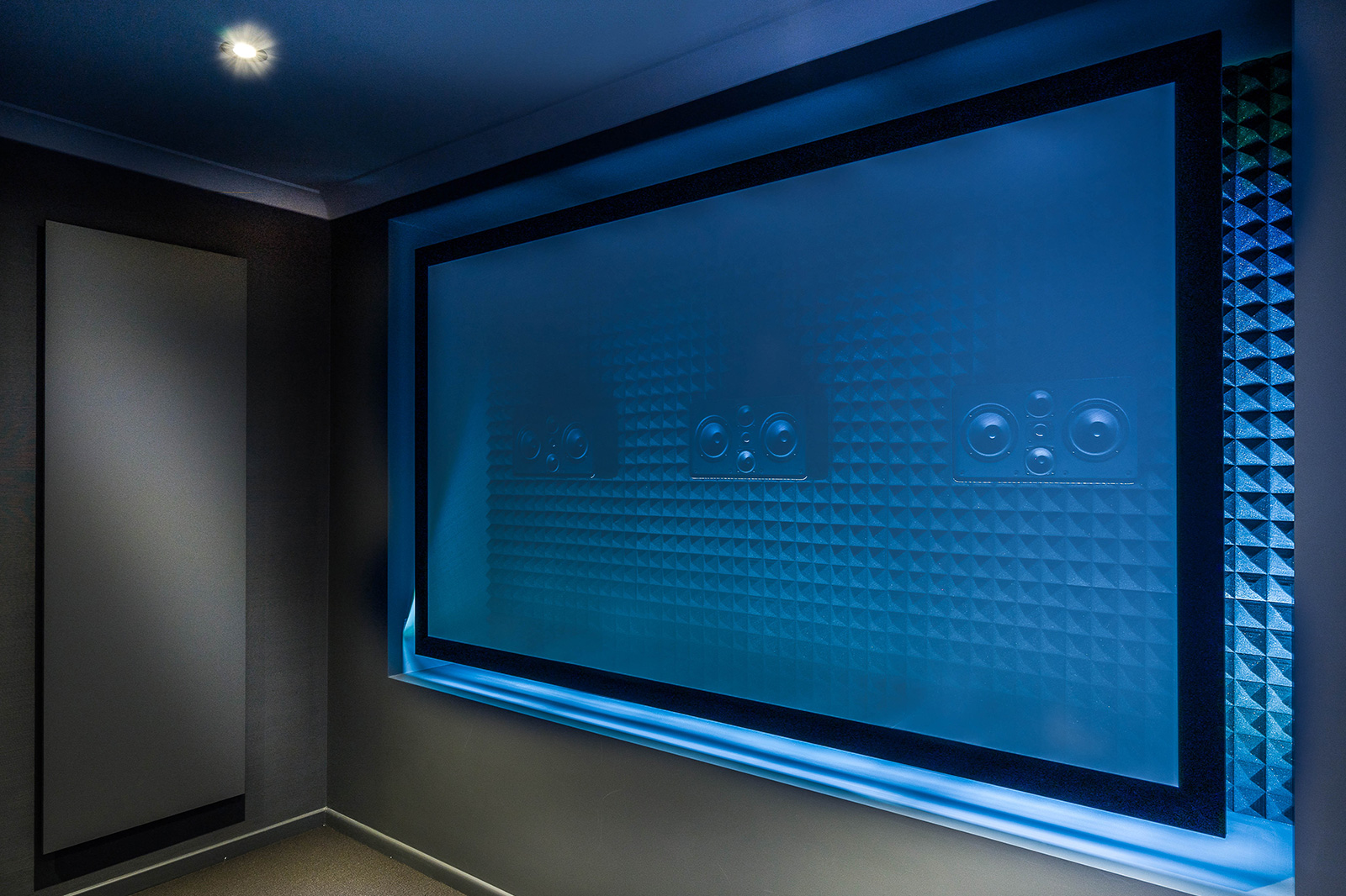 Woven projector screen